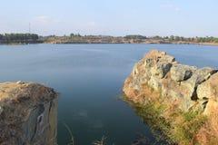 有石头和峭壁的岩石湖 免版税库存图片