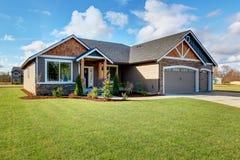 有石头和走道的大现代房子 免版税库存图片