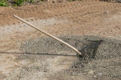 有石头的一把在建造场所的铁锹和沙子 库存图片