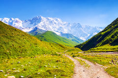 从有石头的宽广的路可以是被看见的极端美丽如画的青山 图库摄影