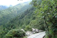 有石头的山道路 免版税库存照片