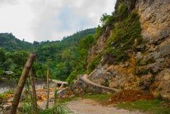 有石头的残破的混凝土路在夏天 菲律宾 巴伦西亚,海岛内格罗斯岛 免版税库存图片