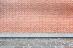 有石头的红砖墙壁铺磁砖了地板和长凳 库存图片