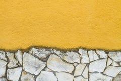 有石头的黄色墙壁 图库摄影