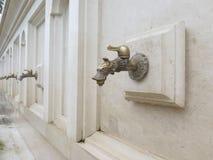 有矿泉水的龙头 直接饮用的金属自来水 库存图片