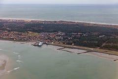 有码头和轮渡码头的鸟瞰图荷兰海岛弗利兰岛 库存照片