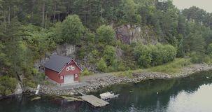 有码头的美丽的景色小乡间别墅在海湾岸 影视素材