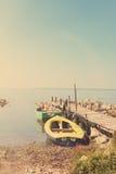 有码头和海葡萄酒样式的小船 库存照片