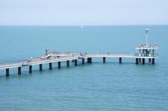 有码头和跳跃的和走的人的布尔加斯, Bulg一座桥梁 图库摄影