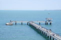 有码头和跳跃的和走的人的布尔加斯, Bulg一座桥梁 库存图片