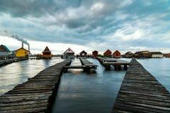 有码头的Sunset湖Bokod 免版税库存图片