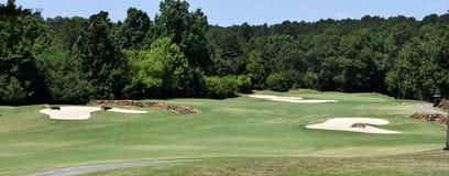 有砂槽的高尔夫球场 库存照片