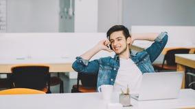 有研究膝上型计算机的胡子的年轻时髦的学生 免版税库存照片