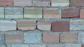 有砖和削皮膏药的老墙壁 库存照片
