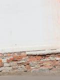 有砖和地板的老白色墙壁 库存照片