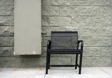有砖墙木floordoorrattan椅子 库存照片