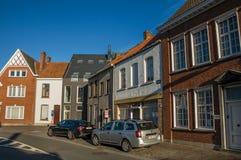 有砖房子的在日落的街道和汽车在蒂尔特 库存图片