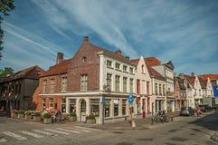 有砖房子的街道清早在布鲁日 免版税图库摄影