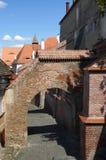 有砖曲拱的老街道 免版税库存照片