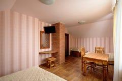 有砖烟囱和电视的农村旅舍室 免版税库存图片