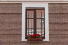 有砖被填装的窗口的老砖墙 免版税库存图片