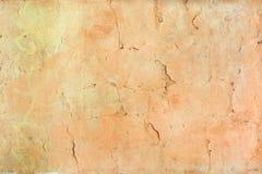 有破裂的橙色油漆的墙壁 美好的背景 老盖子纹理有镇压的 图库摄影