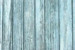 有破裂的油漆绿宝石纹理的木篱芭  免版税库存照片