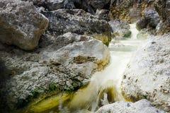 有硫磺的自然热的河富有 库存照片