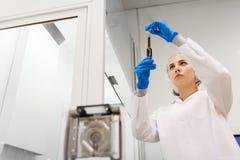 有硫酸的妇女在实验室的吸管 图库摄影