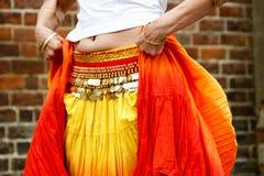 有硬币传送带的肚皮舞表演者 免版税库存图片
