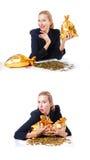 有硬币和金黄大袋的妇女 免版税图库摄影
