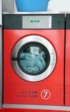 有硬币操作的工业洗衣机自动洗衣店 免版税库存照片