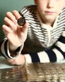 有硬币收集的男孩 男孩collectioner 免版税库存照片