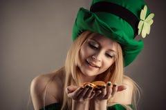 有硬币的可爱的妖精女孩在手上 免版税库存图片