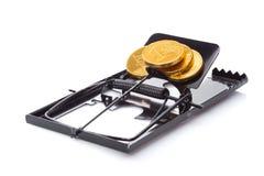 有硬币的捕鼠器 库存图片
