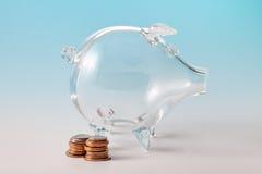 有硬币的玻璃存钱罐 库存图片