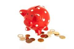 有硬币的红色存钱罐 库存照片