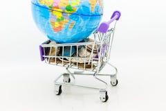 有硬币的购物车零售业的 网上和离线购物的,市场图象用途全世界,事务 免版税库存图片