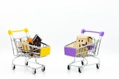 有硬币的购物车零售业的 网上和离线购物的,市场图象用途全世界,事务 库存图片