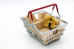 有硬币的购物车零售业的 网上和离线购物的,市场图象用途全世界,事务 免版税库存照片