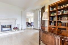 有硬木书桌和书橱的典雅的办公室 库存图片