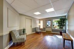 有硬木地板的入口室 公寓内部 免版税库存照片