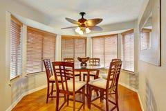 有硬木地板的典雅的dinning的室 图库摄影