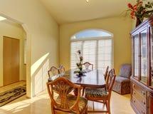 有硬木地板的典雅,并且简单的dinning的室 免版税库存照片