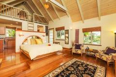 有硬木地板的卧室 库存图片