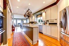 有硬木地板的大空白和绿色厨房。 库存图片