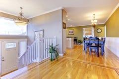 有硬木地板的明亮的走廊 与用餐的开放墙壁设计 库存照片