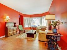 有硬木的大红色客厅 图库摄影
