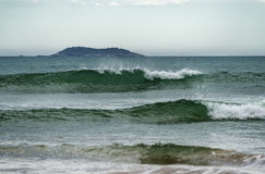 有碎波的动荡海 免版税图库摄影