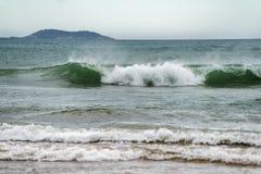 有碎波的动荡海 免版税库存图片